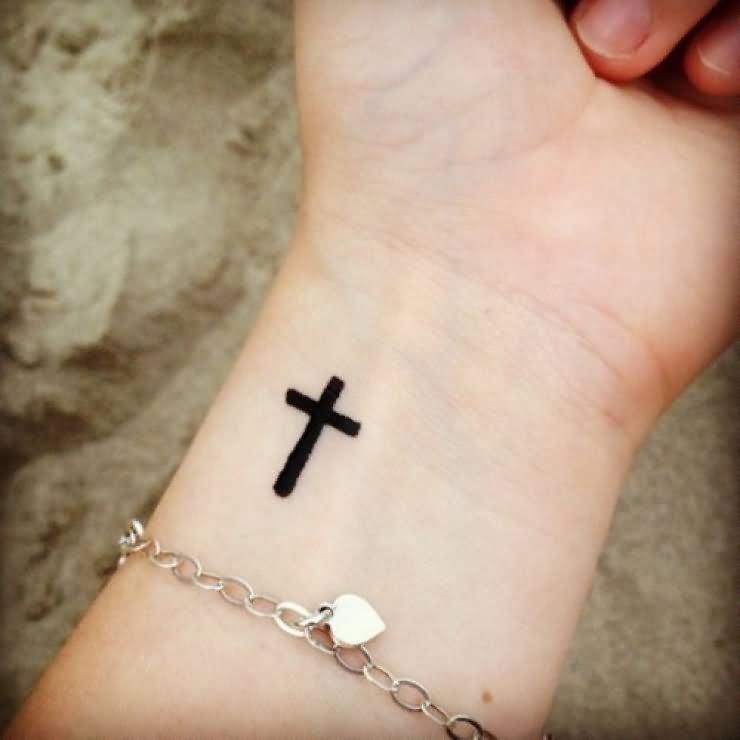 Hình xăm chữ thập trên cổ tay
