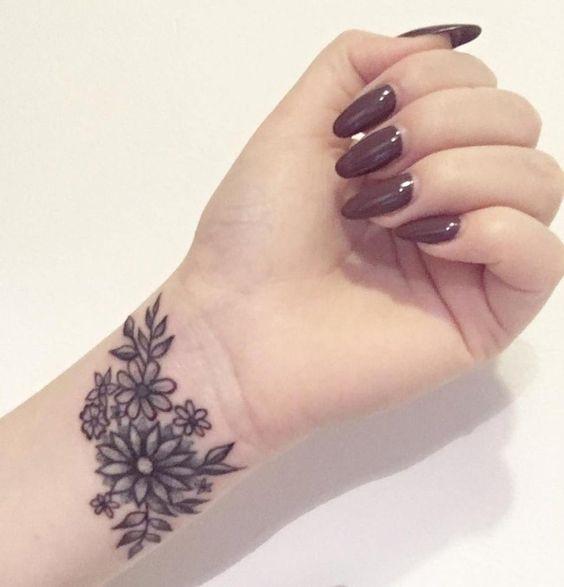 Hình xăm hoa ở cổ tay