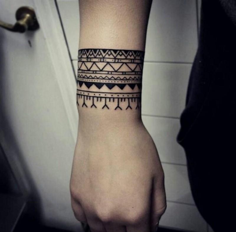 Hình xăm hoa văn đẹp trên cổ tay