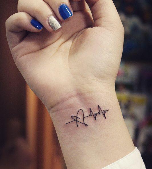 Hình xăm nhịp tim trên cổ tay